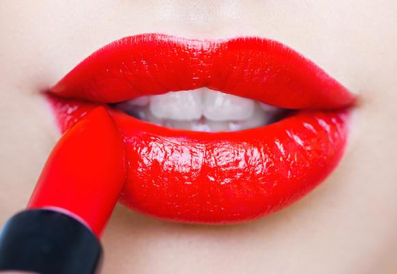 applicare rossetto rosso