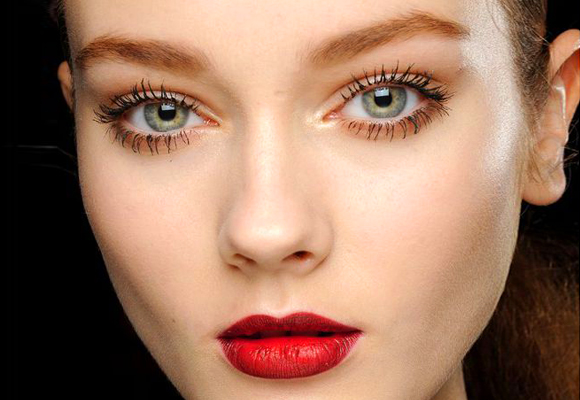 modella con rossetto rosso