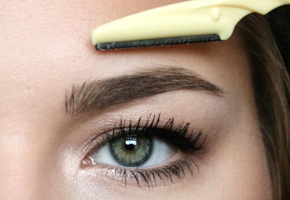 depilazione-sopracciglia-rasoio