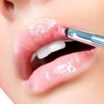applicare lucidalabbra rosa