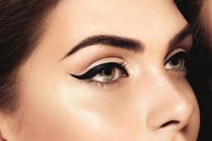 sguardo con eyeliner nero
