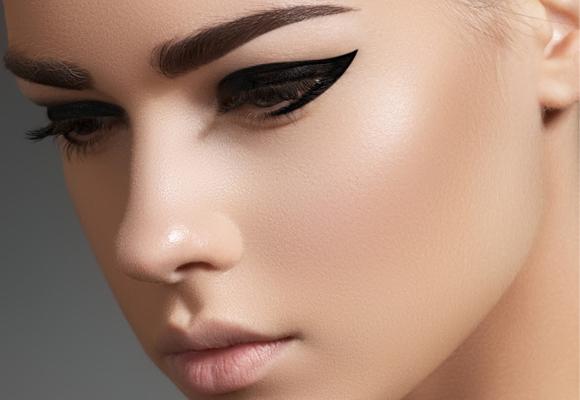 ragazza con eyeliner nero