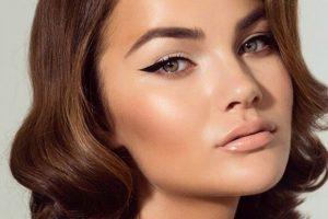 modella con eyeliner