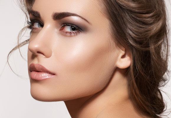 ragazza con make up luminoso