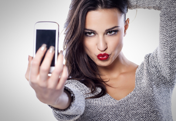 ragazza che si scatta un selfie