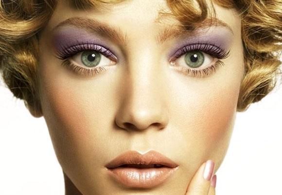 trucco viola su occhi azzurri
