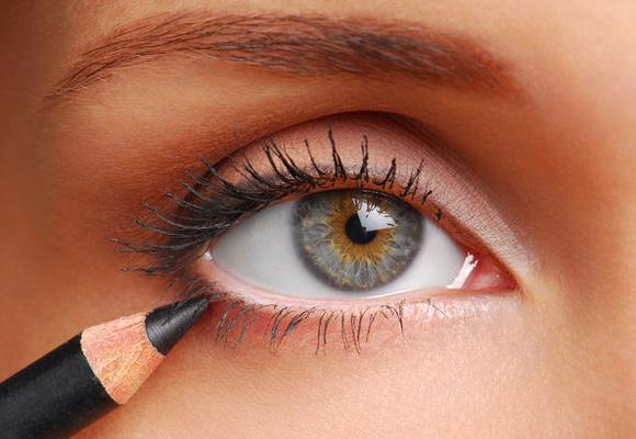 occhio con matita nera