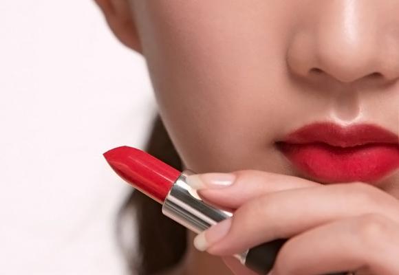 ragazza con rossetto rosso