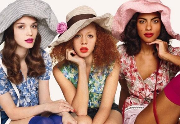 ragazze vestite con abiti colorati
