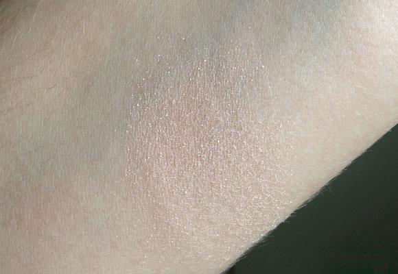 illuminante applicato sulla pelle